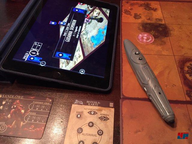 Der Stift wird über Bluetooth mit der kostenlosen App verbunden. Ein Knopf dient zur Bestätigung, einer zur Rückkehr und der winzige schwarze zur Aktivierung.