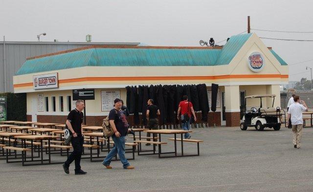 <b>Burger statt Böller</b>  <br><br>  Ebenfalls auf dem Gelände: Eine voll ausgestattete Version des virtuellen Fastfood-Etablissements Burger Town - inklusive gesalzener Fritten und Preise. 2261167