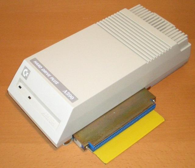 Teurer Luxus <br><br>  Doch das gute St�ck hatte seinen Preis: War die sp�ter oft verpflichtende Speichererweiterung auf ein Megabyte RAM noch eine lohnende Investition, �berlegte man sich bei der ca. 30 MB gro�en Festplatte zwei Mal, ob man daf�r wirklich so viel Geld auf den Tisch legen wollte, f�r das man sich fast schon einen zweiten Amiga anschaffen k�nnte. So blieben viele Systeme