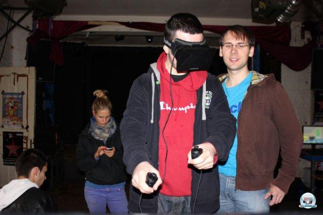...Es ist schon ein lustiges Gefühl, plötzlich zwei virtuelle Arme vor Augen zu haben, welche sich exakt wie die echten bewegen. 92469148