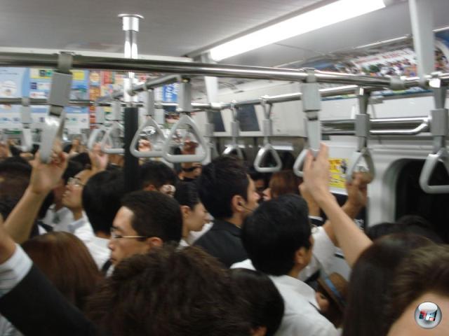 Eines der bekanntesten Bilder aus Großstädten im Allgemeinen und Tokyo im Speziellen ist das der brachial überfüllten U-Bahn. Zu Messezeiten besonders garstig - vor allem für die Mitreisenden, wenn man an einem heißen japanischen Tag zur Bahn sprinten musste und in der Eile vorher das Deo vergaß. 2156458